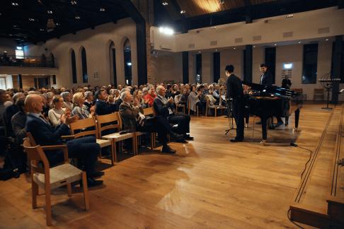 Mer enn 300 var tilstede i Nordstrand kirke. Her er det Erlend Sun Dragland som får velfortjent applaus